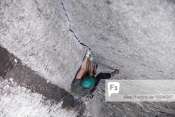 Felskletterer auf der Route des Daily Planet über den Chief in Squamish  Kanada