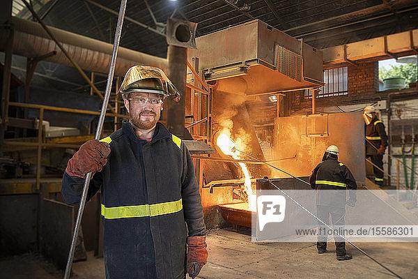 Porträt eines Metallarbeiters in einer Titan-Recyclinganlage