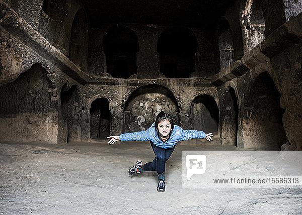 Frau praktiziert Yoga im Kloster Selime  Göreme  Kappadokien  Nevsehir  T�rkei