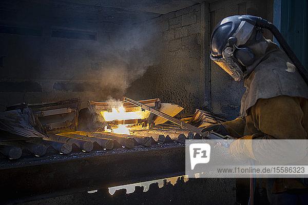 Arbeiter zerkleinert Flugzeugteile aus Titan-Schrott in einer Titan-Recyclinganlage