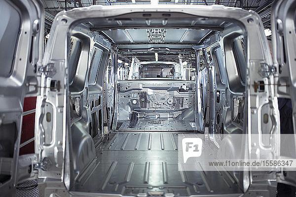 Interieur einer Transporterkarosserie in einer Autofabrik