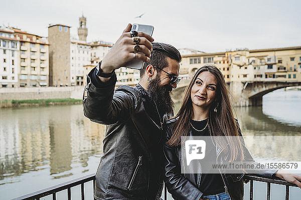 Couple taking selfie on bridge  Ponte Vecchio  Firenze  Toscana  Italy