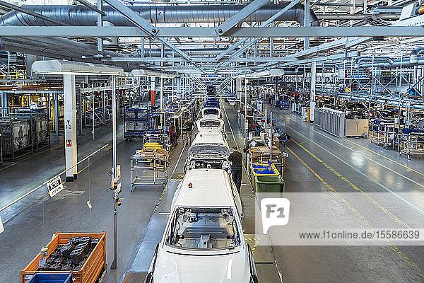 Arbeiter am Fließband in der Autofabrik