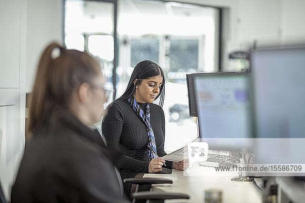 Weibliche Lehrlings-Serviceberaterinnen im Autohaus