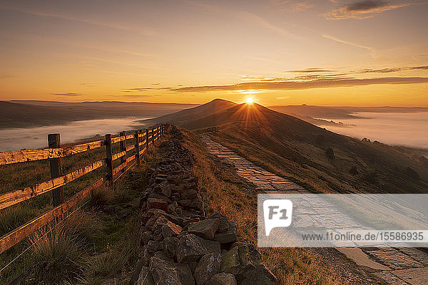 Sunrise above Lose Hill and Back Tor from Mam Tor  The Peak District National Park  Derbyshire  England  United Kingdom