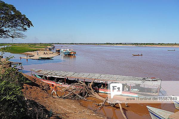 Tsiribihina River crossing near Belo Sur Tsiribihina  Menabe region  Western Madagascar  Africa