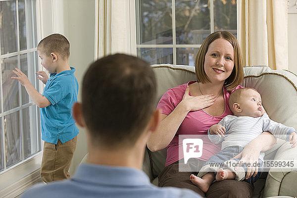 Frau  die das Wort Happy in amerikanischer Zeichensprache gebärdet  während sie mit einem Mann kommuniziert