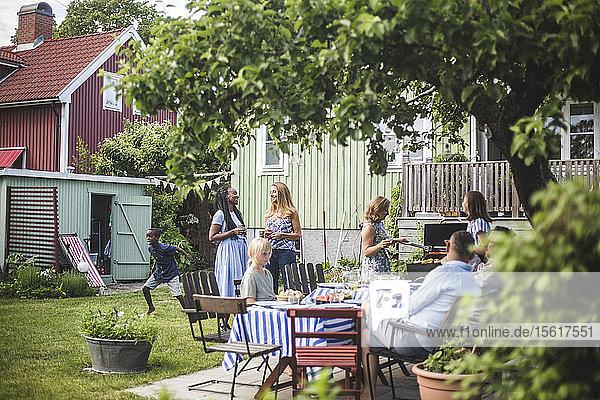 Freunde genießen im Sommer am Wochenende ein Gartenfest