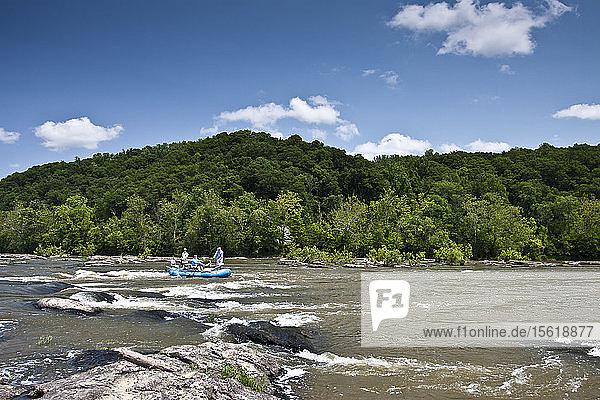 Angler beim Fliegenfischen auf Kleinbarsch am Potomac River in Virginia
