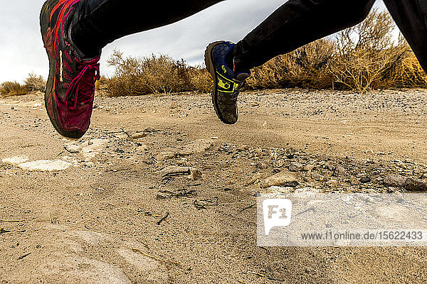 Mann und Frau beim Trailrunning in den Table Lands in Inyo County