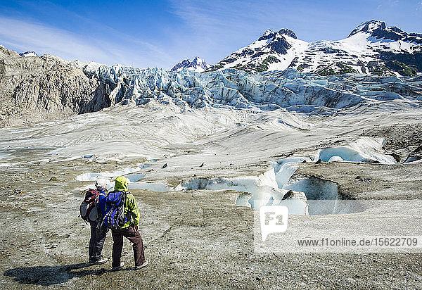 Rafter erkunden den Walker-Gletscher in der Nähe des Alsek-Flusses