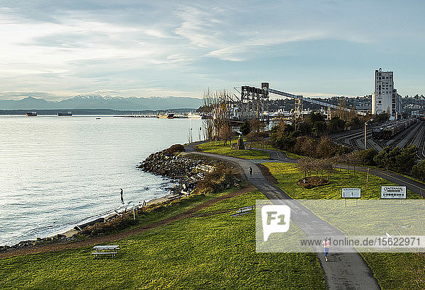 Mann joggt entlang des Puget Sound  Seattle  Bundesstaat Washington  USA