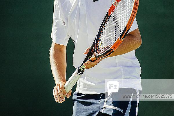 Junger Tennisspieler bei einem Spiel