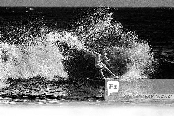Surfer Flynn Novak  aufgenommen in Infra Red  schwarz-weiß.