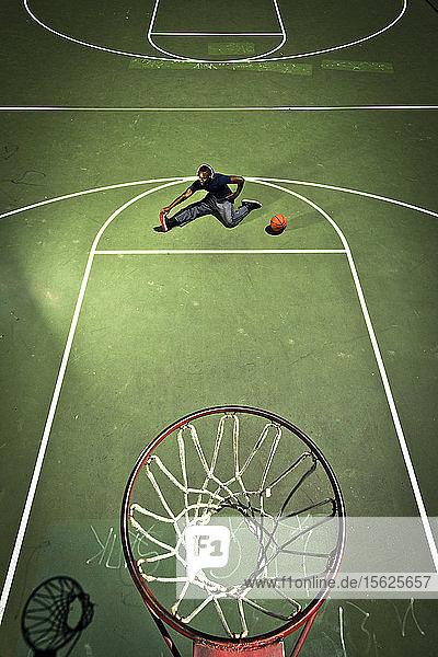 Ein Basketballspieler dehnt sich vor einem Spiel in San Diego  CA.