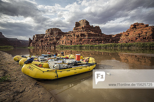 Rafting am Ufer des Colorado River. Das Foto wurde während einer Rafting-Tour durch den Cataract Canyon in Utah aufgenommen.