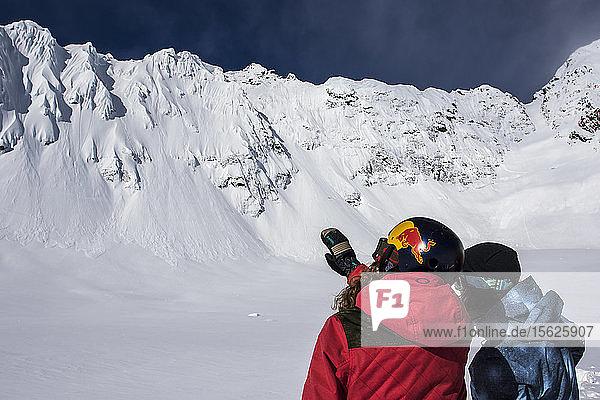 Die Profi-Snowboarder Marie France Roy und Robin Van Gyn planen ihre Lines  die sie bei einem Snowboardtrip in Haines  Alaska  fahren wollen.