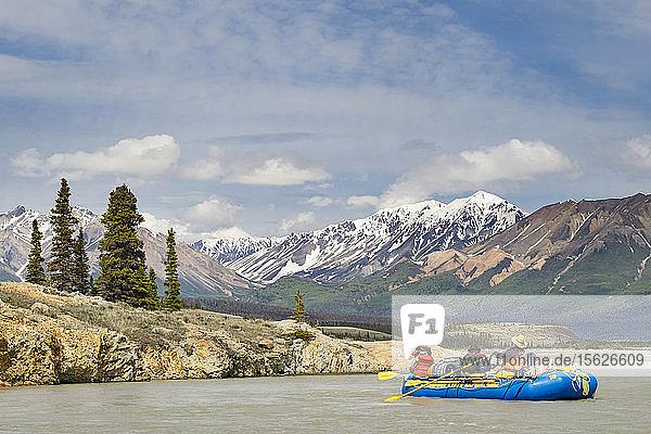 Gruppe von Rafters auf dem Alsek River in Alaska  Kanada
