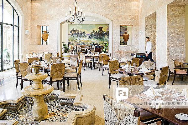 Kellner beim Gang durch das luxuriöse Al Saraya Restaurant im Movenpick Dead Sea Spa and Resort  Madaba Governorate  Jordanien