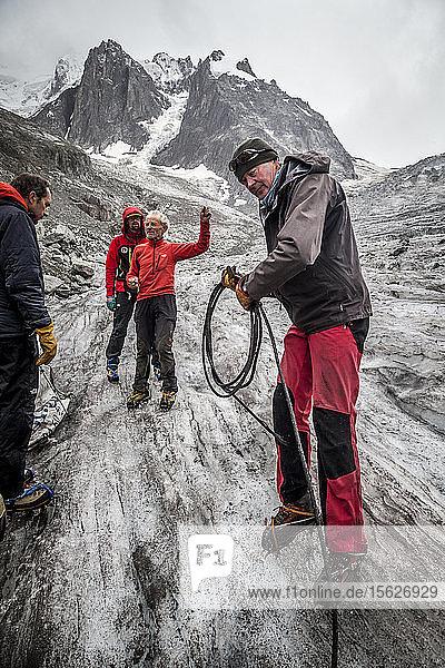 Jedes Jahr nehmen sich Bürgervereine wie der Club Alpin Francais oder die Mountain Riders Zeit  um die Abfälle zu beseitigen  die nach der Schneeschmelze auf dem Gletscher des Mer de Glace (Eismeer) in den französischen Alpen zurückbleiben.