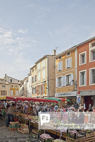 Auf den sonntäglichen Flohmärkten  für die die Stadt L'Isle-sur-la-Sorgue berühmt ist  teilen sich Vintage-Kleidung  Spielzeug und Antiquitäten den Platz auf den Bürgersteigen mit erstaunlichen Speisen und arbeitenden Künstlern.