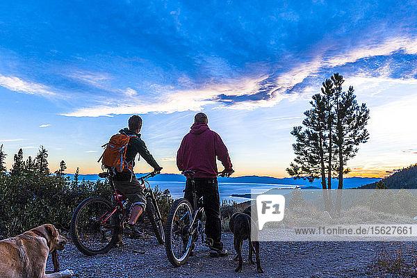 Zwei Männer beim Mountainbiking am Lake Tahoe  CA