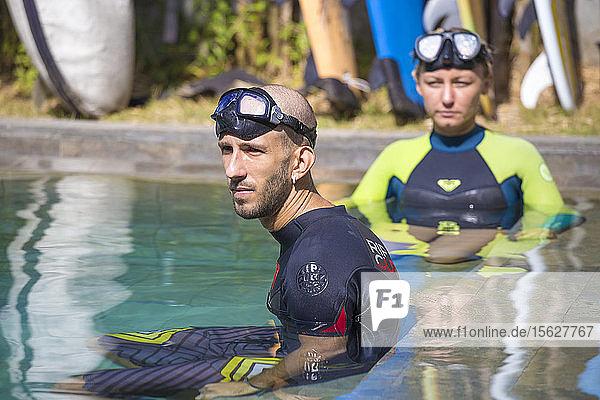 Junges Paar mit Tauchmaske im Pool. Freitauchtraining.