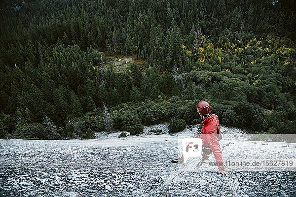 Ein Mann führt die Seillänge 1 im The Grack (5.6) im Yosemite Valley.
