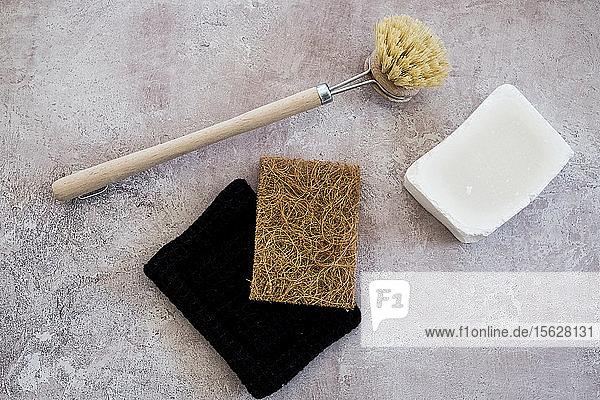 Nahaufnahme einer hölzernen Spülbürste  Seife und Schwämme in einem hohen Winkel. Nahaufnahme einer hölzernen Spülbürste, Seife und Schwämme in einem hohen Winkel.