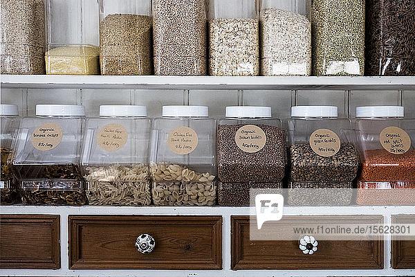Nahaufnahme von Regalen mit einer Auswahl an Nudeln  Hülsenfrüchten und Körnern in Gläsern. Nahaufnahme von Regalen mit einer Auswahl an Nudeln, Hülsenfrüchten und Körnern in Gläsern.