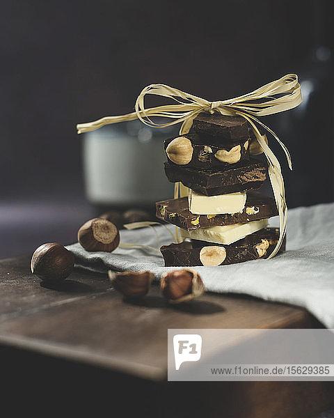 Verschiedene Schokoladenstücke  gestapelt und zusammengebunden