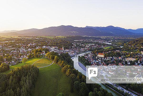 Luftaufnahme des Kalvarienbergs und der Isar gegen den Himmel  Isarwinkel  Oberbayern  Bayern  Deutschland
