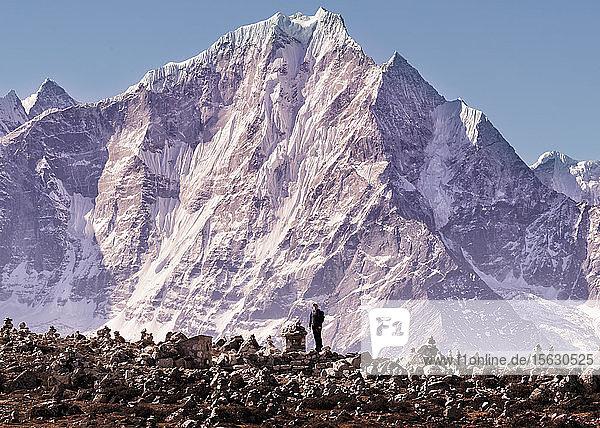 Junge Frau steht vor dem Berg Thamseku  Solo Khumbu  Mepal