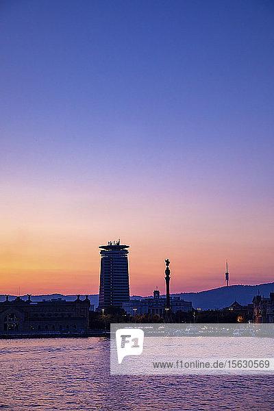 Blick auf die Stadt Barcelona bei Sonnenuntergang  Spanien
