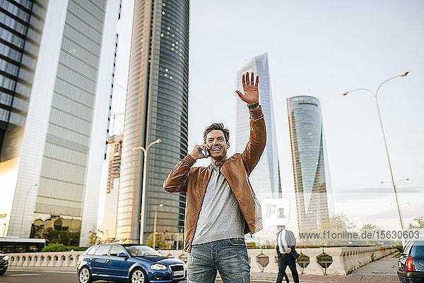 Glücklicher Mann am Telefon in der Stadt  Madrid  Spanien