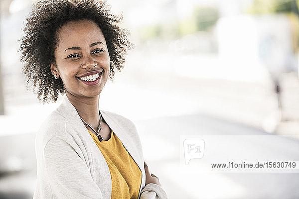 Porträt einer glücklichen jungen Frau im Freien