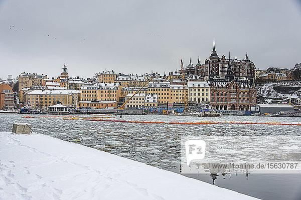Eingefrorene Wasserstraße in der Altstadt von Stockholm  Schweden