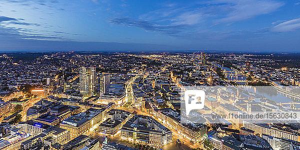 Beleuchtete Stadtlandschaft gegen nächtlichen Himmel,  Frankfurt,  Hessen,  Deutschland