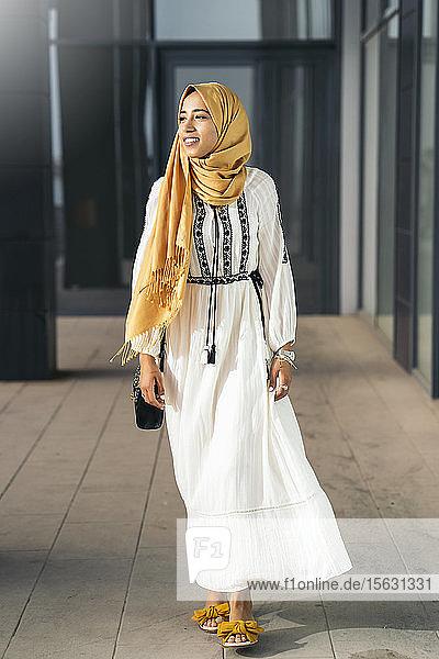 Junge muslimische Frau  die einen Hijab trägt und zur Seite schaut