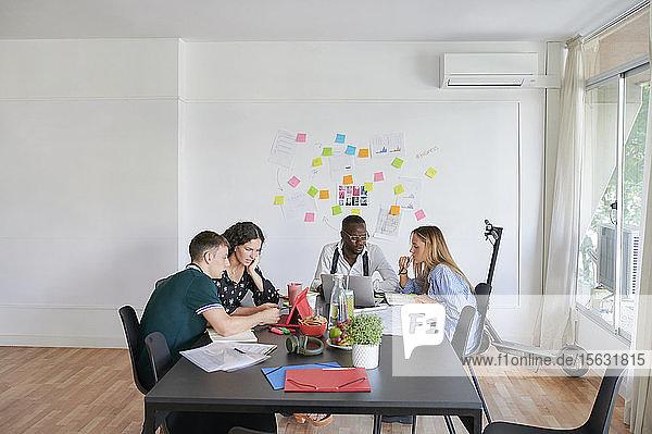 Junge Geschäftsleute bei einer Besprechung in einem modernen Büro