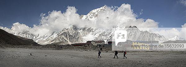Menschen zu Fuss in Gorak Shep  Himalaya  Solo Khumbu  Nepal