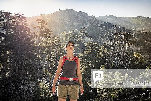 Wanderin mit Blick nach oben  Albertacce  Haute-Corse  Korsika  Frankreich