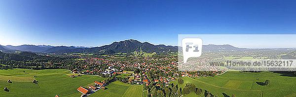 Drohnenschuss von Lenggries mit Brauneck vor klarem blauen Himmel  Bayern  Deutschland