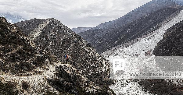 Junge Frau beim Trekking im Himalaja in der Nähe von Dingboche  Solo Khumbi  Nepal