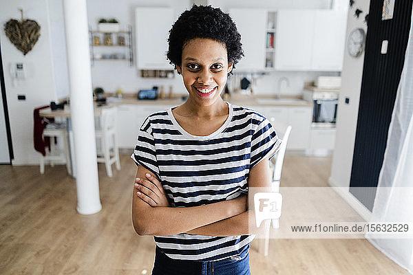 Porträt einer lächelnden jungen Frau zu Hause