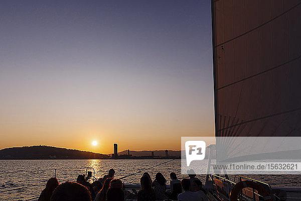 Vew der Stadt Barcelona bei Sonnenuntergang  vom Segelboot aus gesehen  Spanien