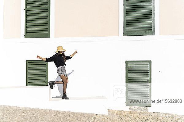 Junge brünette Frau auf Ibiza