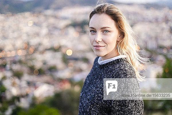 Porträt einer jungen Frau bei Sonnenaufgang über der Stadt  Barcelona  Spanien