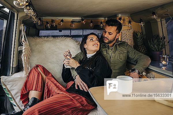 Zärtliches junges Paar im Wohnmobil