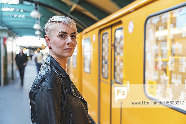 Porträt einer am Bahnsteig stehenden Frau  Berlin  Deutschland
